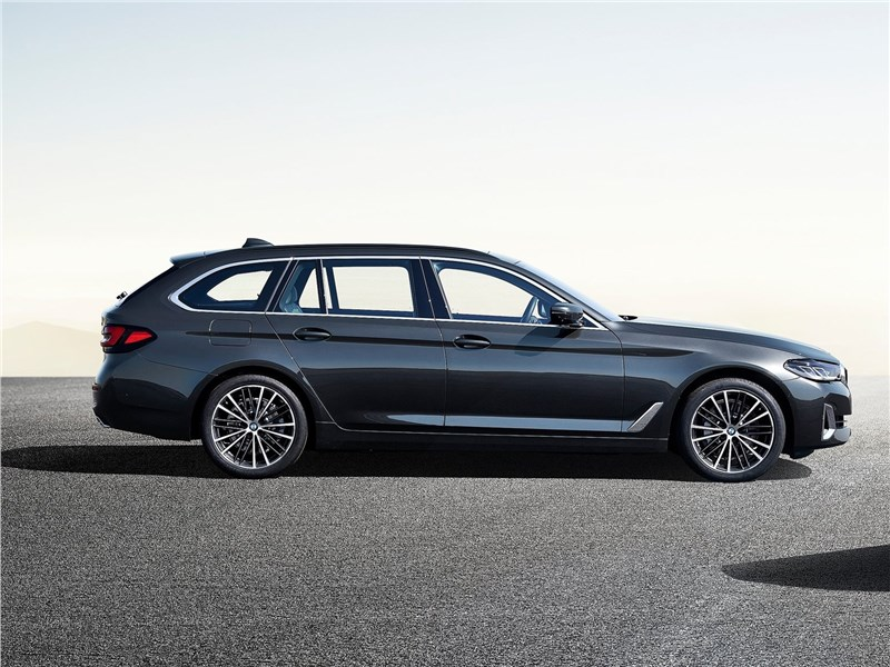 BMW 5-Series Touring 2021 вид сбоку