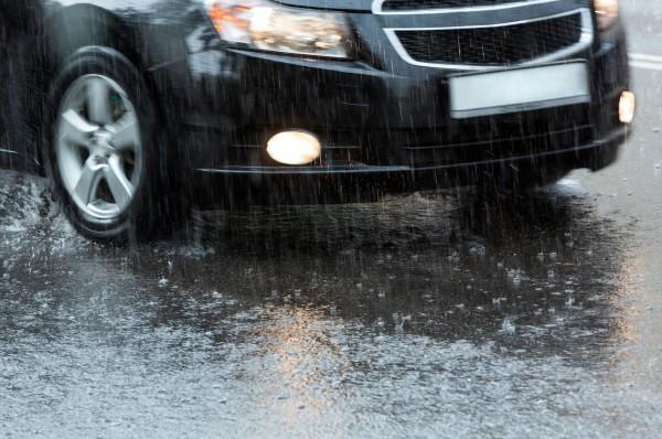 Вождение на мокрой дороге