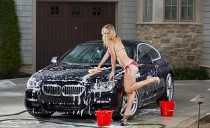 Здравствуйте, уважаемые гости и читатели автомобильного блога Автогид.ру. Сегодня в статье мы разберём, что делать если не заводиться после мойки двигатель автомобиля. Владельцы машин очень часто сталкиваются с этой проблемой и не всегда знают где именно искать причины неисправности возникающие после мойки автомобиля. Зачастую машина не заводится если мойка выполнялась неправильно или с грубыми нарушениями установленных правил. Если после мойки автомобиль отказывается заводиться не нужно паниковать и тянуть машину в сервисный центр. Практически всегда последствия от неправильной мойки автомобиля можно устранить самостоятельно без посторонней помощи. Очень часто выполняется не только мойка кузова машины, многие владельцы просят вымыть двигатель. Главная причина проблем с пуском мотора заключается в попадании воды на его отдельные узлы. Их работоспособность обеспечивается только в сухом состоянии и попавшая на поверхность вода может привести к порче или возникновению серьёзной неисправности. Что делать если машина не заводиться после обычной мойки? Очень часто неуместное старание мойщиков автомобиля приводит к тому, что в подкапотное пространство автомобиля попадает достаточно большое количество воды. Несомненно, они руководствуются только благими намерениями, но получается как всегда. Хотели лучше, а получилось наоборот. Очень часто такое происходит при использовании специальной установки для мойки автомобиля Кёрхер. Именно она способна подавать воду под высоким давлением. Мощная струя воды без труда найдёт путь под капот машины и тем самым зальёт все возможные ниши. Порядок действий для «оживления» машины после обычной мойки следующий: 1.Капот автомобиля необходимо открыть и внимательно осмотреть на предмет наличия существенных скоплений воды на двигателе или возле него. 2.Обязательно надо удалить влагу с клемм аккумуляторной батареи, бронированных проводов свечей зажигания и остальной проводки автомобиля. 3.Частая мойка автомобиля может приводить к скоплению избыто