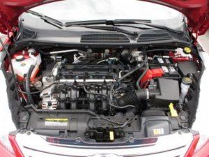 Доброго дня, уважаемые читатели блога. В статье вы сможете узнать, как правильно проверить уровень масла в двигателе автомобиля. Многие автолюбители уделяют проверке уровня моторного масла недостаточное внимание и совершенно напрасно. Элементы мотора в процессе работы испытывают серьёзные нагрузки. Трение, вибрация и повышение температуры снижают его ресурс. Использование масла даёт возможность: -снизить трения; -уменьшить износ деталей двигателя; -защитить от ржавчины. Мало своевременно выполнять его замену, важно периодически проверять уровень в двигателе. Часто даже опытные водители, намотавшие не одну тысячу километров выполняют проверку количества масла неправильно. В конце статьи можно увидеть видео как правильно проверить уровень масла в двигателе. Оно поможет дополнить текстовый материал и будет полезно автолюбителям. Как правильно проверять уровень масла? 1.Подготовка автомобиля к проверке количества масла. -машин устанавливается на ровное бетонное или асфальтированное покрытие без уклона; -двигатель надо заглушить и выждать 30 минут пока он остынет и масло стечёт в картер; -открыть капот, потянув на себя ручку, расположенную под рулём с левой стороны; -надеть перчатки на руки и подготовить чистую ветошь; -поднять капот и зафиксировать его. 2.Проверка уровня моторного масла. -найти щуп, расположенный в передней части мотора (ручка окрашена жёлтый или оранжевый цвет); -вытянуть его потянув ручку на себя; -ветошью аккуратно удалить с контрольной зоны щупа масло; -вернуть щуп место и снова извлечь; 3.Учимся разбираться в отметках на щупе. -извлечённый второй раз щуп внимательно осматриваем; -находим две отметки на его рабочей зоне (min и max); -если верхняя черта масла находится между min и max всё в порядке; -если верхняя черта ниже отметки min масло доливаем; -щуп возвращается на прежнее место. На отдельных моделях автомобилей проверку масла можно выполнять на горячем двигателе. Щуп имеет два вида делений min и max нанесённых на обе его стороны. Одна сторона