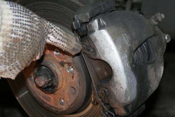 Проверяем тормозные колодки на opel vectra b 175