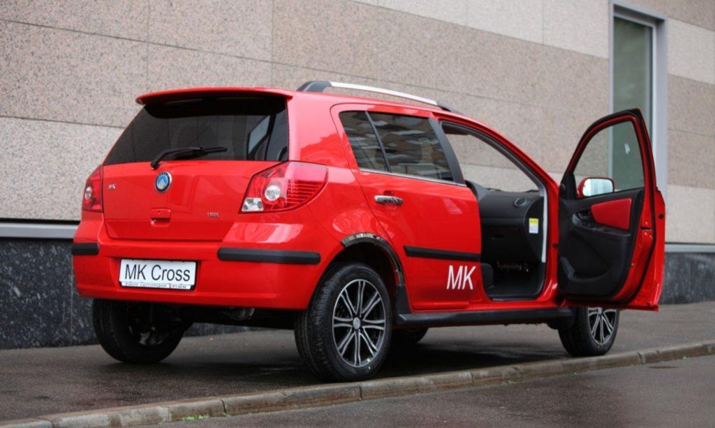 Geely MK Cross вид сзади