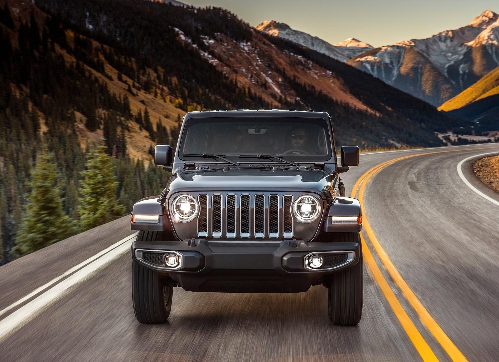 спереди Jeep Wrangler