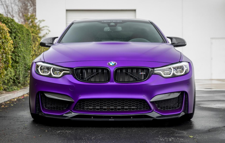 BMW M4 спереди.