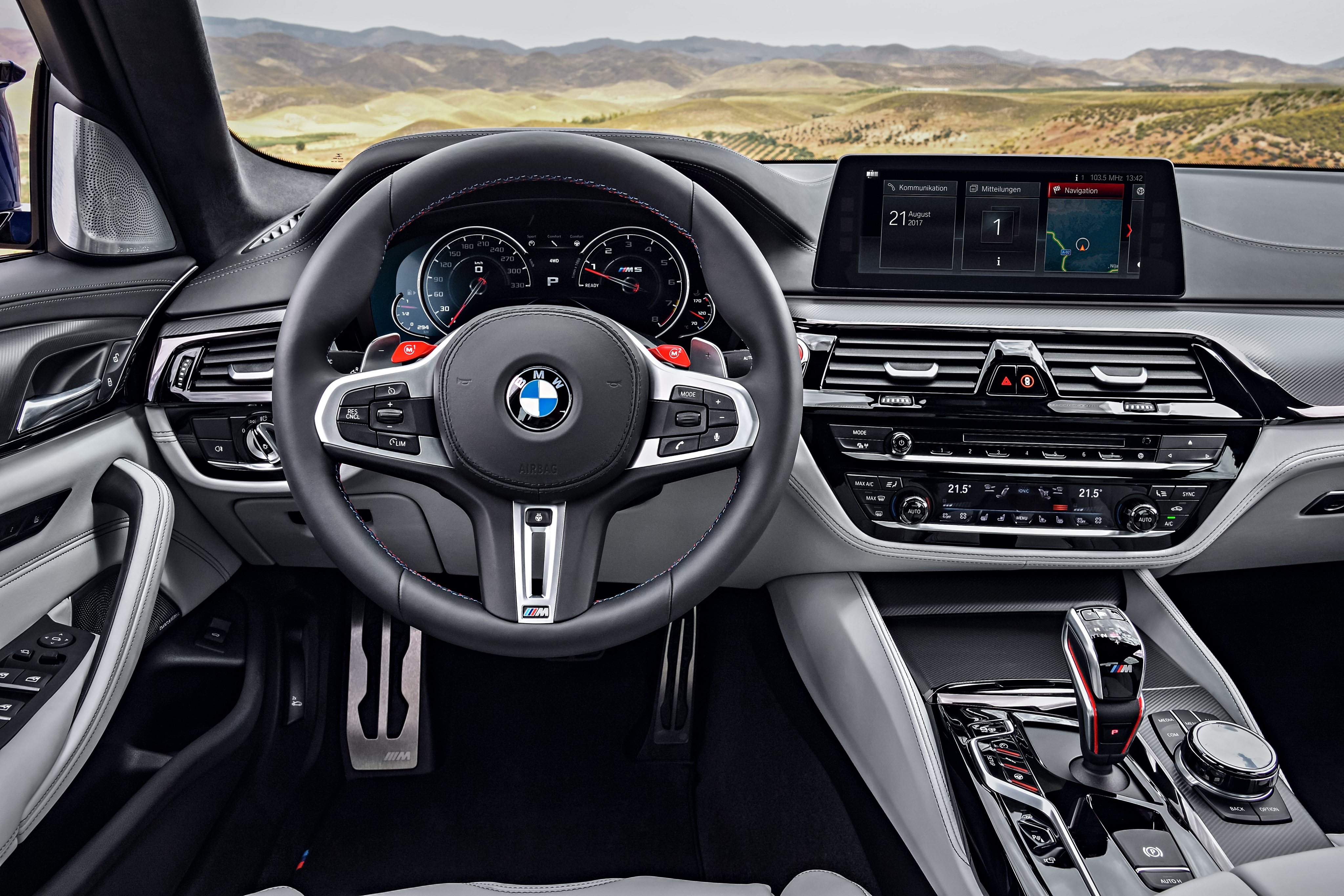 BMW M5 F90. панель