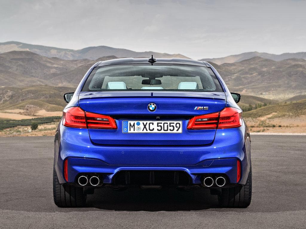 BMW M5 F90. вид сзади