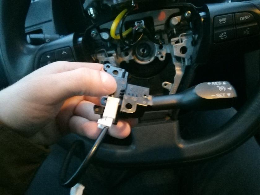Установка кнопки круиз-контроля, для легкого управления системой. Придется демонтировать подушку безопасности, открутить заднюю часть руля, снять заглушку, после чего перейти к установке самой кнопки.