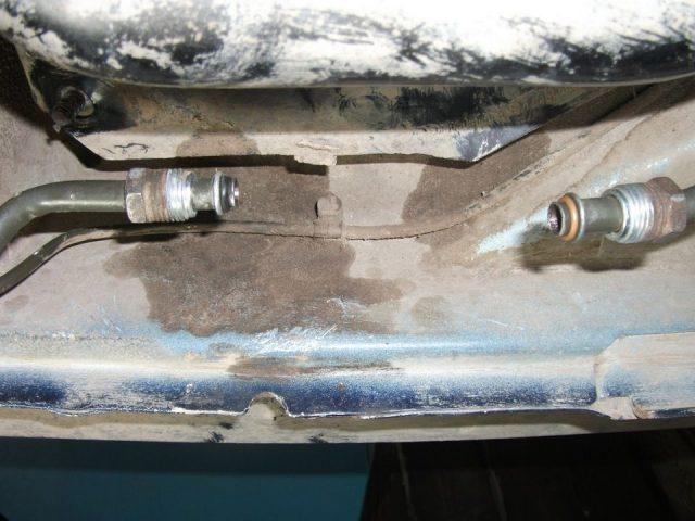 Снимаем с фильтра топливопроводы Дэу Нексия